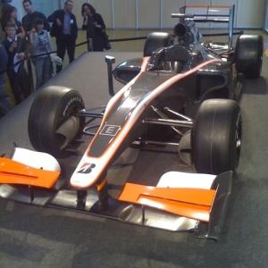 HRT apresentou carro para a temporada 2010, que será pilotado por Bruno Senna e Karun Chandhok