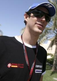 <strong>ESTREIA PRÓXIMA</strong><p>Bruno Senna está no Bahrein. Em São Paulo, sua mãe, Viviane, admitiu que chegou a receber propostas de equipes, antes que a Campos virasse Hispania e confirmasse lugar no grid.</p>