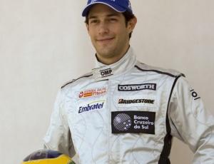 <b>CONFIANÇA PARA A ESTREIA</b> <p>Pressa é palavra corrente na vida de Bruno Senna nas últimas semanas. Em um mês, ele passou de piloto ameaçado a garantido no grid do primeiro GP do ano, no Bahrein. E, na quarta-feira, falou que não tinha certeza se tudo estaria pronto para a corrida.</p> <p>Nesta quinta-feira, mais uma mudança. Falando do Bahrein, ele disse que a equipe esta trabalhando 24 horas por dia para deixar o carro pronto. ?O time tem muita gente nova, mas o carro teve um progresso muito grande. Estou confiante que amanhã (sexta-feira) tudo esteja pronto. Meu carro está praticamente montado?, afirmou.</p> <p>Na sexta-feira o plano é fazer o ?shakedown? do carro, a primeira volta para testar se tudo funciona. Depois, fazer mais testes, verificar desempenho. Sua equipe, a Hispania, é a mais atrasada do grid em 2010. A F-1 tem três estreantes na temporada. A Lótus colocou o carro na pista oito dias e rodou mais de dois mil quilômetros. A Virgin treinou 12 dias, mas fez apenas 1700km.</p>