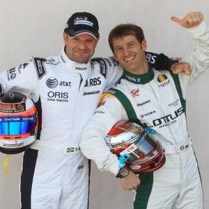 Veteranos Barrichello e Jarno Trulli, posam já de macacão e com os seus capacetes no Bahrein