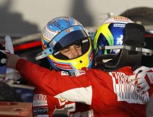 Massa, de costas, e Alonso se abraçam após a dobradinha liderada pelo espanhol no Bahrein