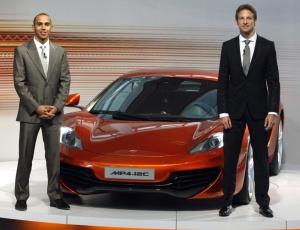 Pilotos Jenson Button e Lewis Hamilton lançam o novo McLaren MP4-12C na fábrica de Woking