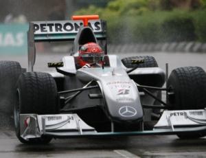 Em pista molhada, Michael Schumacher se exibe com carro da Mercedes nas ruas de Kuala Lumpur