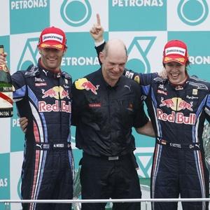 Vettel e Webber comemoram com o engenheiro Adrian Newey a dobradinha da Red Bull em Sepang