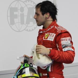 Felipe Massa caminha pelo pit lane após terminar em sétimo lugar no GP da Malásia, em Sepang