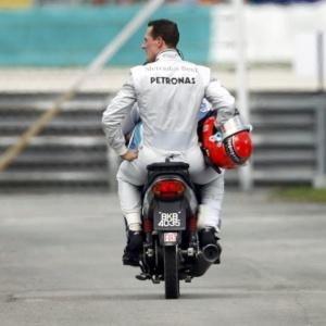 Michael Schumacher retorna aos boxes após abandonar o Grande Prêmio da Malásia