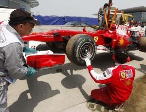 Carro de Fernando Alonso é recolhido após ter problemas nos treinos livres para o GP da China