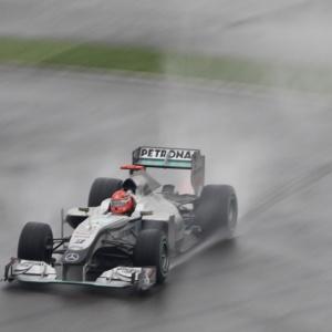 Schumacher sai da pista durante o GP da China