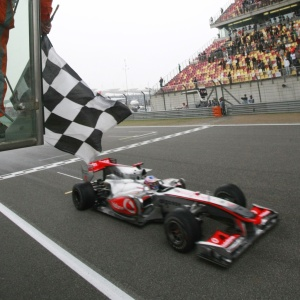 Jenson Button recebe a bandeirada no GP da China