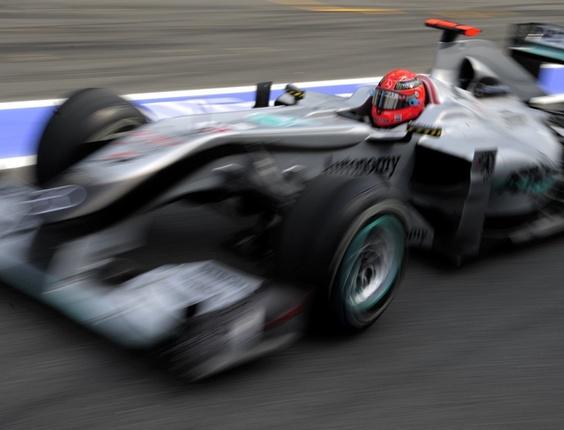 Michael Schumacher pilota a Mercedes em sessão de treinos em Barcelona
