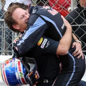 Christian Horner, chefe da Red Bull, abraça Mark Webber após a vitória do australiano em Mônaco