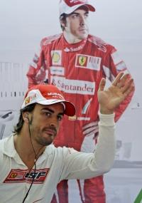 Fernando Alonso acena no paddock de Istambul, Turquia