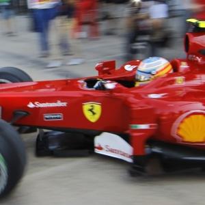 Fernando Alonso deixa os boxes da Ferrari para os treinos livres em Valência (ESP)