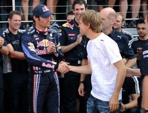 Webber, sério, cumprimenta Vettel após a vitória em Silverstone; australiano afirmou que é '2º piloto'