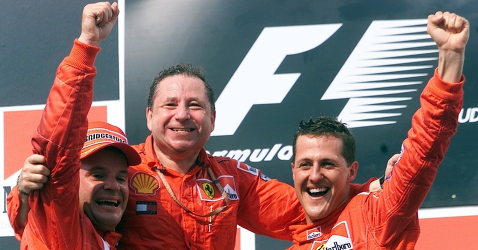 Jean Todt é levantado por Rubens Barrichello e Michael Schumacher na Hungria após título mundial conquistado pela Ferrari