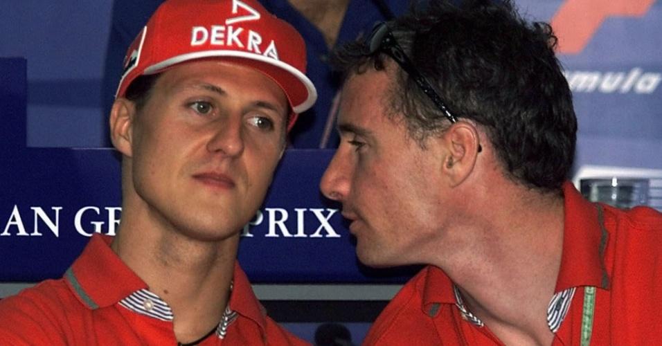 Eddie Irvine e Michael Schumacher em entrevista coletiva na Fórmula 1, na época em que formavam dupla na Ferrari