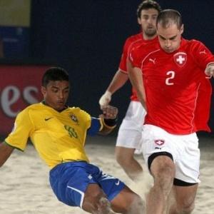 Benjamin encara a marcação na vitória do Brasil sobre a Suíça