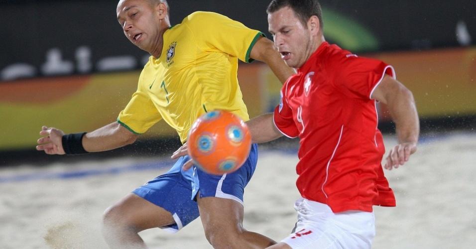 Sidney divide bola com adversário Ziegler; Brasil, no sufoco, venceu Suíça por 4 a 2