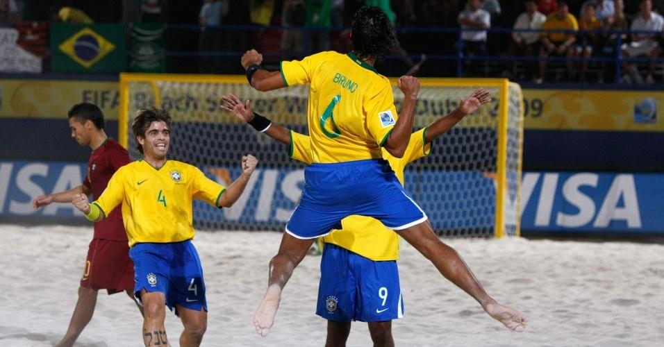 Bruno comemora com os companheiros após marcar o quarto gol da seleção brasileira nos 8 a 2