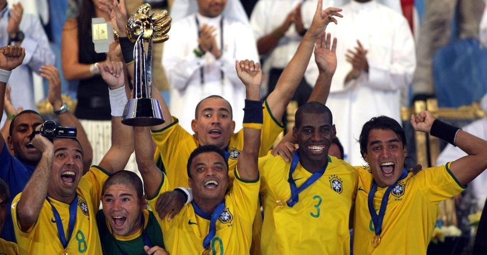 Com o troféu na mão, seleção brasileira comemora o quarto título mundial no futebol de areia