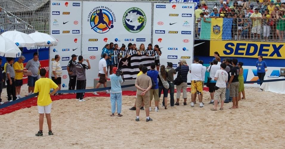 Jogadoras do Botafogo comemoram título da Copa do Brasil de Beach Soccer