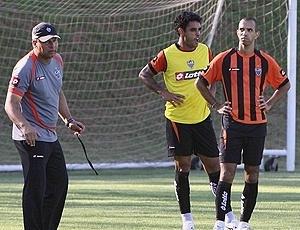 Roth orienta treino do Atlético-MG, observado por Diego Tardelli