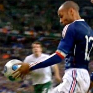 Henry carrega bola com mão antes de cruzar para Gallas; lance ainda está na memória dos irlandeses