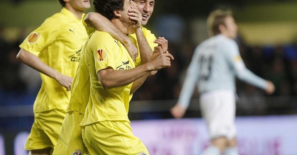 Nilmar (c) comemora após marcar pelo Villarreal