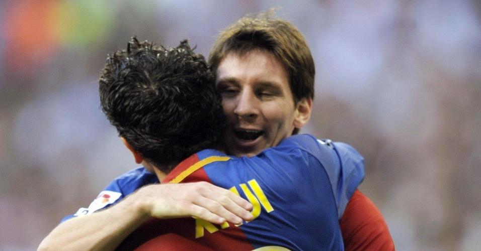 Messi abraça Xavi durante a goleada por 6 a 2 do Barcelona sobre o Real Madrid