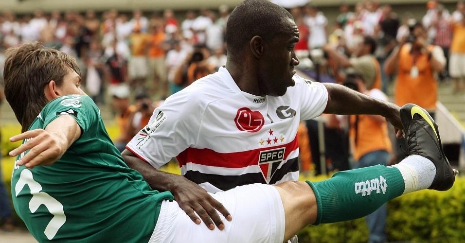 Hugo disputa a bola na derrota do São Paulo contra o Goiás