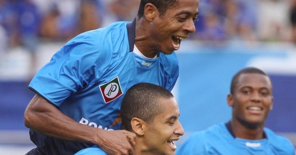 Wellington Paulista comemora gol contra o Coritiba