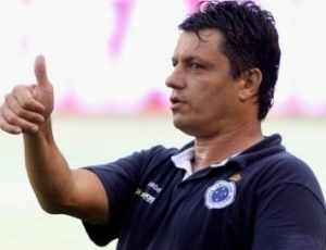 Adilson Batista indicou nomes de zagueiros e meias que a diretoria celeste está tentando contratar