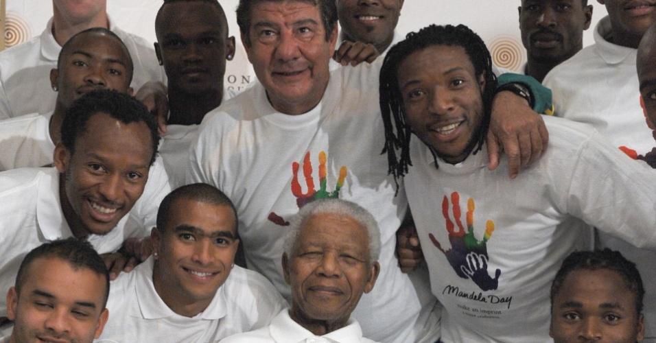 Nelson Mandela com Joel Santana e os jogadores da seleção sul-africana de futebol, durante a Copa das Confederações, em junho de 2009