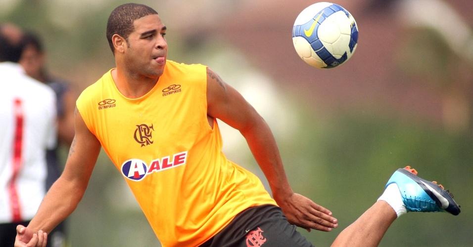 Adriano treina no Flamengo e deve retornar ao time na partida decisiva contra o Grêmio