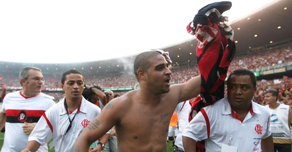 Adriano comemora a conquista do título brasileiro no gramado do Maracanã