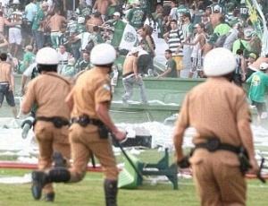 Identificados por câmeras ao invadirem o campo, 14 torcedores foram acusados de lesão corporal