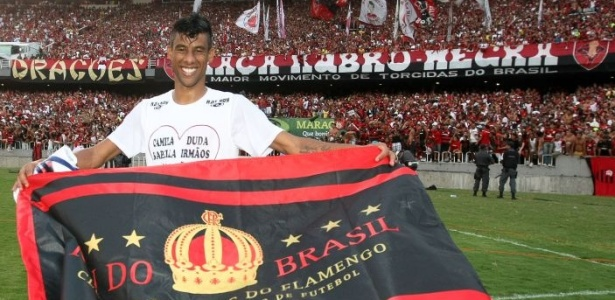 Léo Moura comemora título do Brasileirão segurando bandeira do Flamengo no Maracanã