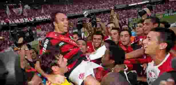 Petkovic é carregado por companheiros do Flamengo após a conquista do Brasileirão - Ricardo Nogueira/Folha