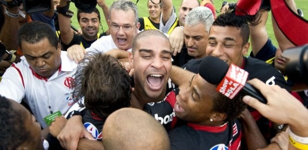Adriano comemora título do Brasileirão com companheiros do Flamengo