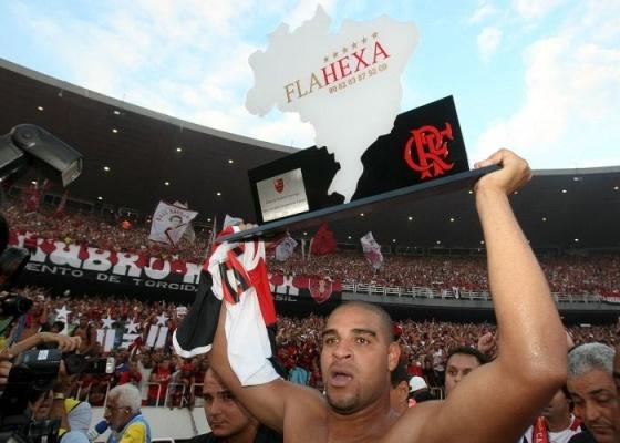 Adriano ergue taça de campeão feita pelo Flamengo