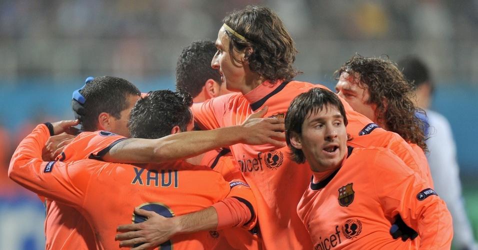 Equipe do Barcelona comemora gol contra o Dynamo de Kiev