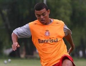 Lateral-esquerdo Marcelo Cordeiro ainda tem contrato com o Internacional até o final de 2011