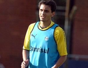 Fábio Santos comemora concorrência com Lúcio e acredita que Grêmio fique mais defensivo no 4-4-2