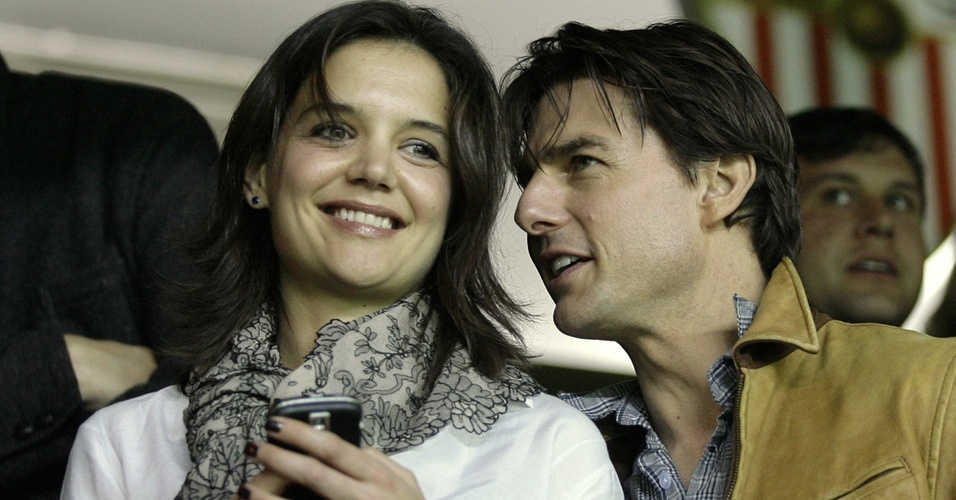 Katie Holmes e Tom Cruise assistem ao jogo entre Sevilla e Rangers pela Liga dos Campeões
