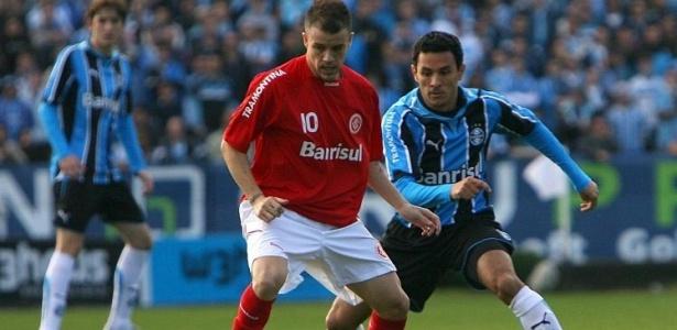 Túlio do Grêmio marca D'Alessandro do Internacional durante Grenal no Brasileirão