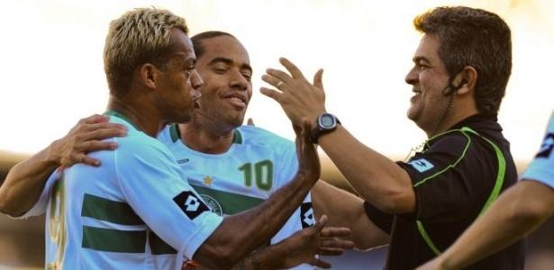 Marcelinho Paraíba (e) marca dois gols, comemora com técnico Ney Franco e com Carlinhos Paraíba (centro) na vitória sobre o Fluminense