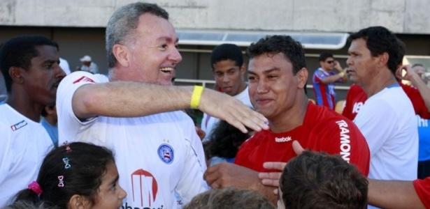 Ídolos baianos, Bobô e Popó se encontram em jogo festivo no estádio Pituaçu