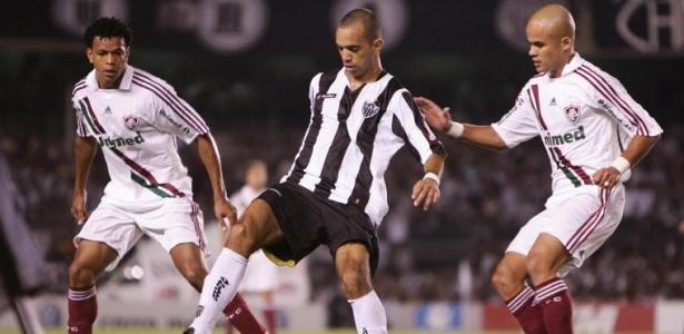 Diego Tardelli do Atlético-MG é cercado por defensores do Fluminense