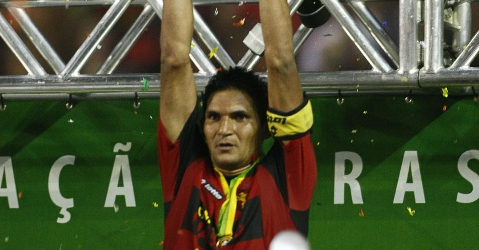 Durval, zagueiro do Sport, levantando taça