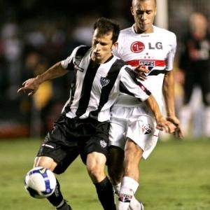 O volante Corrêa, do Atlético-MG, disputa bola com Miranda do São Paulo